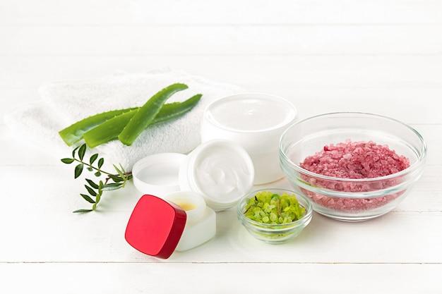 Concepto de spa con sal, menta, loción, toalla