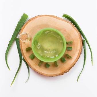 Concepto de spa saludable y gel de aloe vera en posavasos de madera