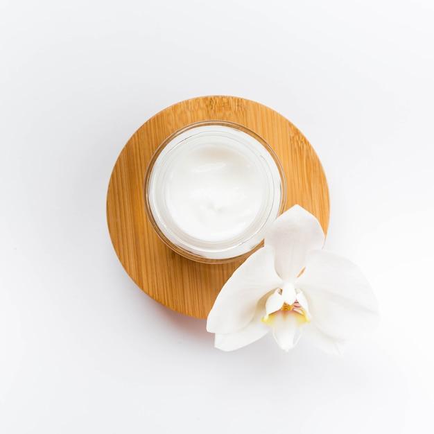Concepto de spa saludable y vista superior de crema corporal