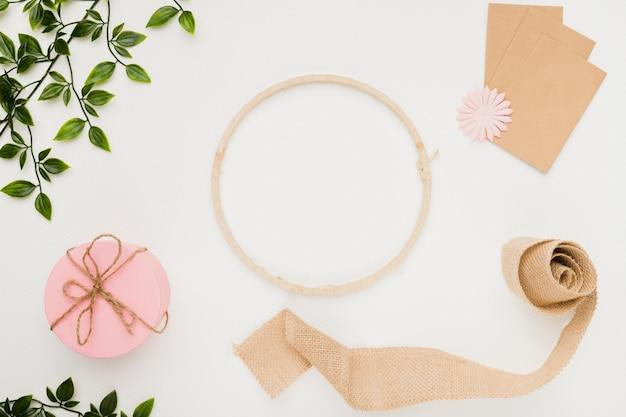 Concepto stationery de invitación de boda en flat lay