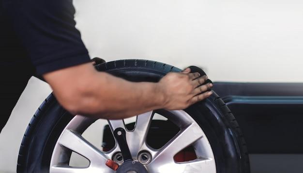 Concepto de sustitución de neumáticos.