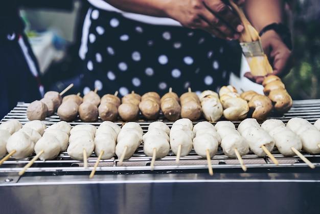 Concepto tailandés de la comida de calle de la parrilla de la bola de carne