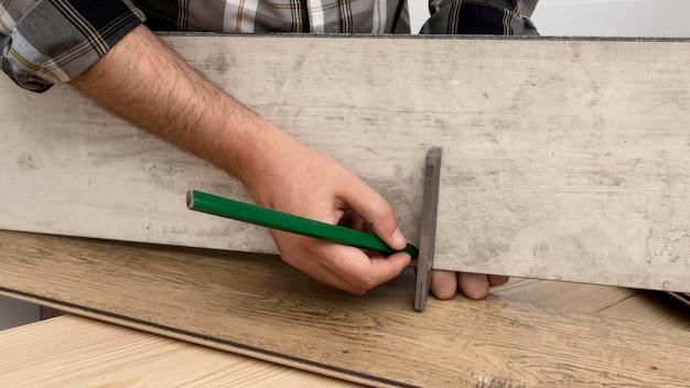 Concepto de taller de carpintería de medición de hombre