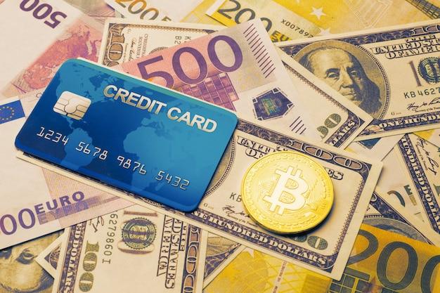 Concepto de tarjeta bancaria bitcoin sobre un fondo de dinero