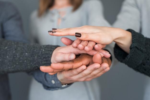 Concepto de teamwork con manos de grupo de personas