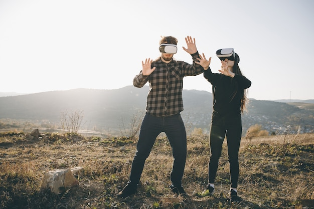Concepto de tecnología innovation vr 360, dos personas en realidad virtual tecnología de gadgets de gafas en carretera