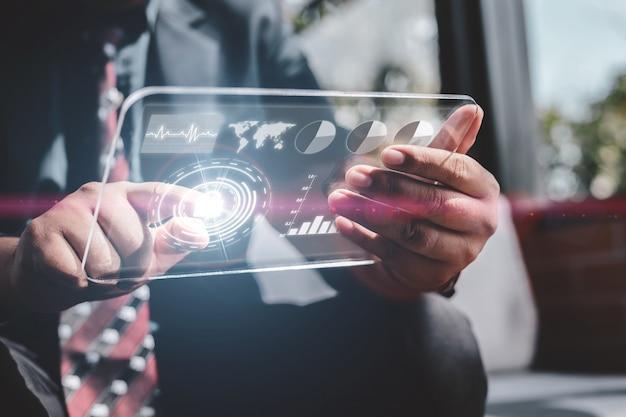Concepto de tecnología de internet seguro y cifrado de protección empresarial. hombre de negocios utiliza almohadilla inteligente con pantalla virtual