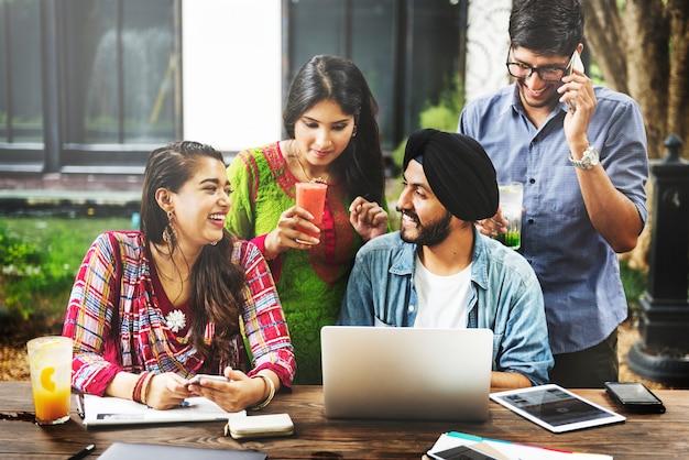 Concepto de tecnología de trabajo en equipo de estudiantes universitarios