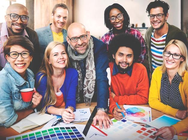 Concepto de la tecnología del trabajo en equipo de las ideas de la creatividad del estudio del diseño