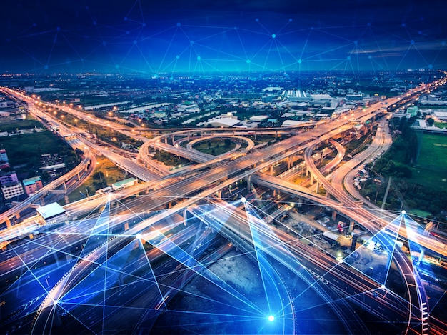 Concepto de tecnología de transporte inteligente para el futuro tráfico de automóviles en la carretera