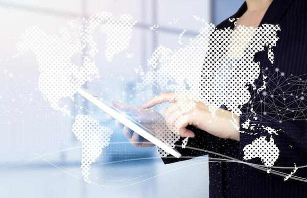 Concepto de tecnologías globales. tableta blanca táctil de mano con mundo de holograma digital, tierra, mapa, signo de globo sobre fondo borroso claro.