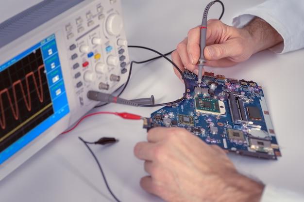 Concepto tecnológico, primer plano en manos de tecnología
