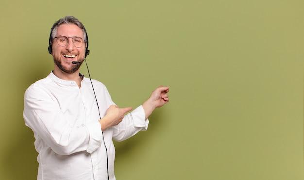 Concepto de telemarketer de hombre de mediana edad