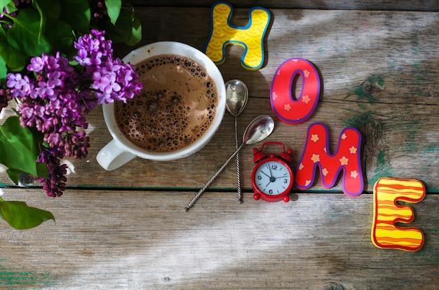 Concepto de tiempo de primavera con flores lilas en bouquet y palabra de inicio con letras coloridas brillantes
