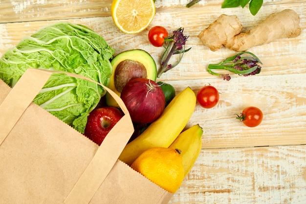 Concepto de tienda de comestibles. bolsa de papel llena de diferentes frutas.