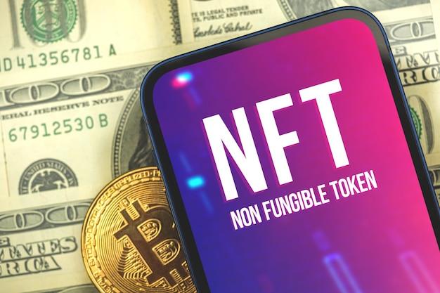 Concepto de token no fungible nft con bitcoin, moneda criptográfica y fondo cryptoart con logotipo en la pantalla del teléfono móvil moderno, foto de negocios