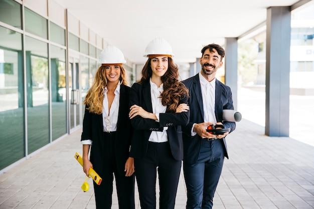 Concepto de trabajar en equipo con arquitectos sonrientes