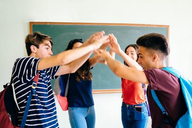 Concepto de trabajar en equipo en clase