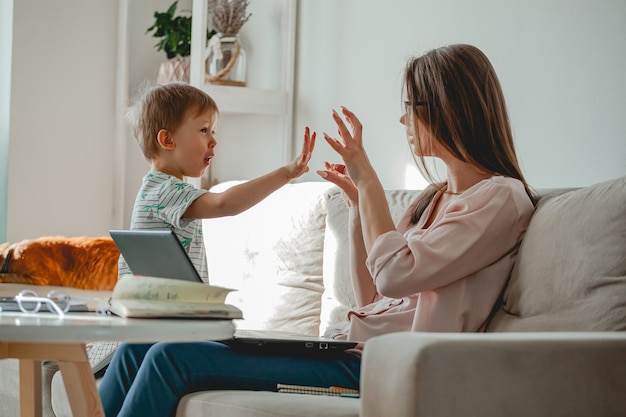 Concepto de trabajo en casa y educación familiar en casa, madre trabajando w