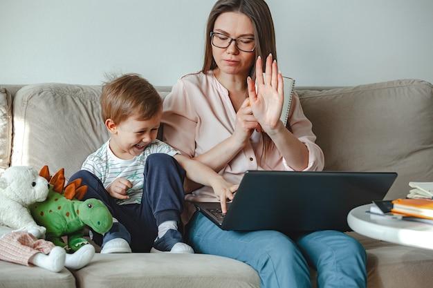 Concepto de trabajo en casa y educación familiar en el hogar.