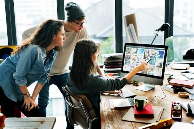 Concepto de trabajo contemporáneo de la conexión de la oficina de negocios