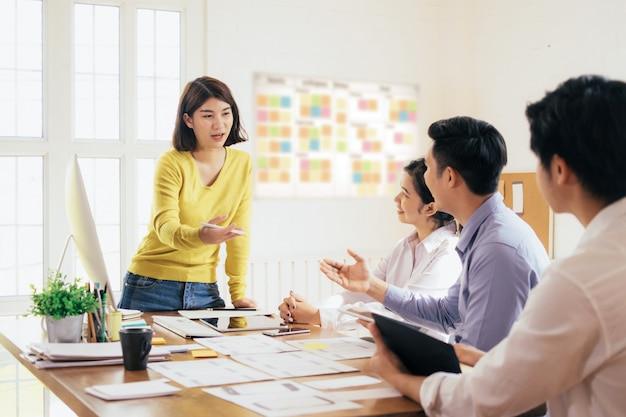 Concepto de trabajo en equipo y educación empresarial.