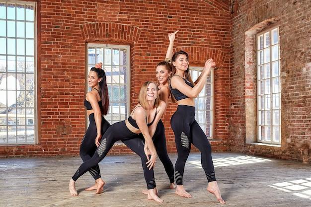 Concepto trabajo en equipo movimiento vida deporte, belleza, éxito hermosas chicas fitness en una sala de fitness divirtiéndose antes de un entrenamiento