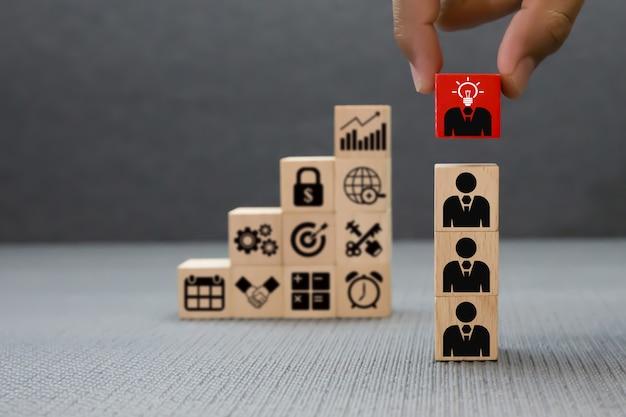 Concepto de trabajo en equipo, negocio y liderazgo de bloques de madera.