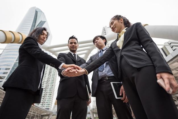 Concepto de trabajo en equipo de negocios en la ciudad