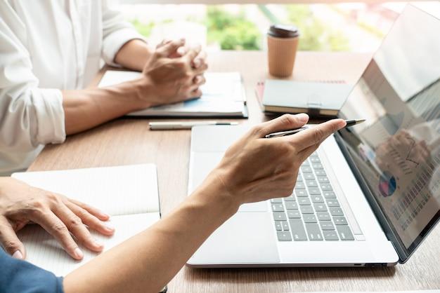 Concepto de trabajo en equipo, negocios discutiendo el trabajo en la reunión en la oficina moderna
