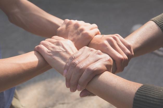 Concepto de trabajo en equipo. personas que se unen para el éxito de la cooperación.
