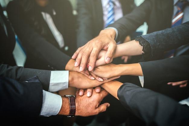 Concepto del trabajo en equipo de team stack hands support team.