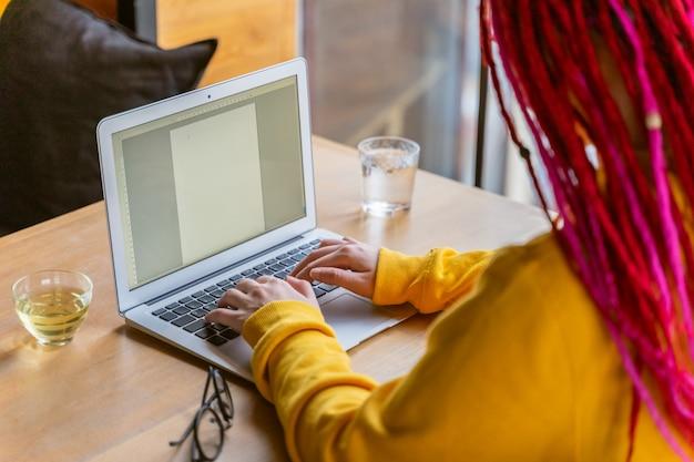 Concepto de trabajo de escritor, periodista, blogger. trabajo a distancia, independiente. brillante hermosa joven