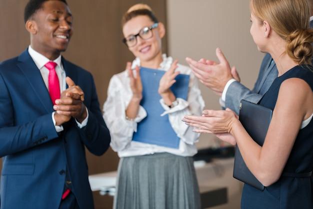 Concepto de trabajo de la estrategia de la discusión de la reunión del grupo empresarial