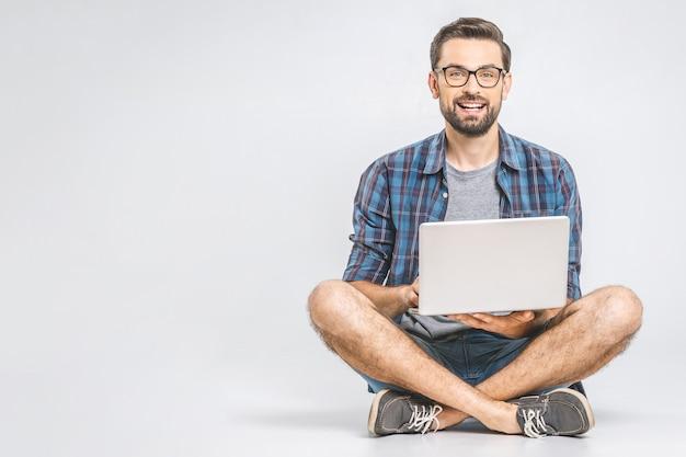 Concepto de trabajo en línea. hombre de negocios informal relajado trabajando y navegando por internet en la computadora portátil. independiente sentado y escribiendo en el teclado del ordenador portátil en la oficina en casa. de cerca