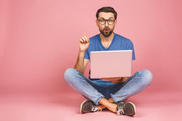 Concepto de trabajo en línea. hombre de negocios informal relajado trabajando y navegando por internet en la computadora portátil. independiente sentado y escribiendo en el teclado del ordenador portátil en la oficina en casa.