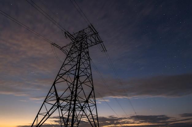 Concepto de transmisión y distribución a larga distancia de electricidad.