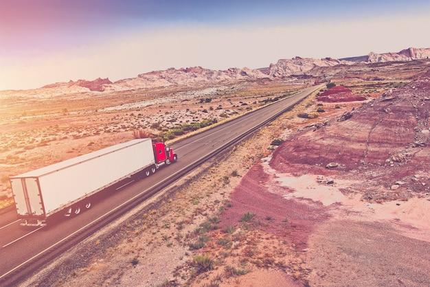 Concepto de transporte de camiones