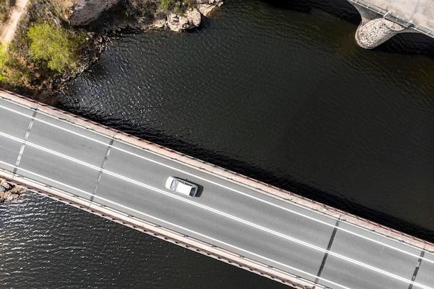 Concepto de transporte con coche en la vista superior del puente