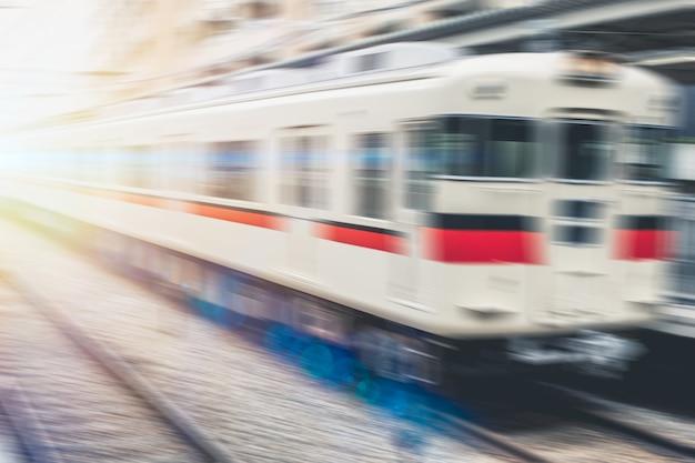 Concepto de transporte ferroviario local de tren rápido de desenfoque de japón