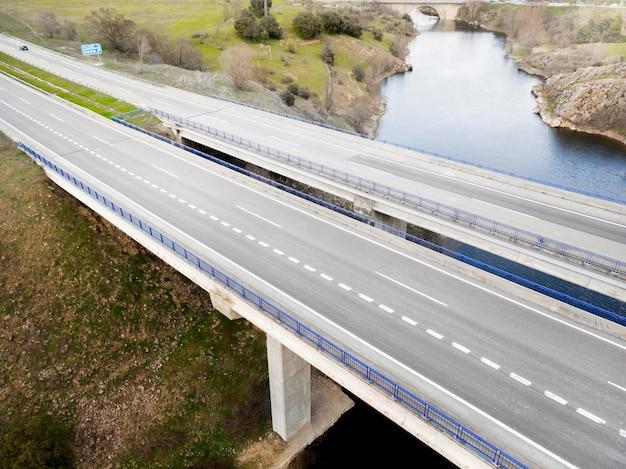 Concepto de transporte con vista aérea de puentes.