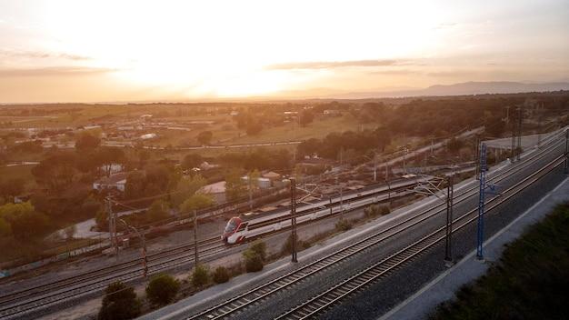 Concepto de transporte de vista aérea con tren.