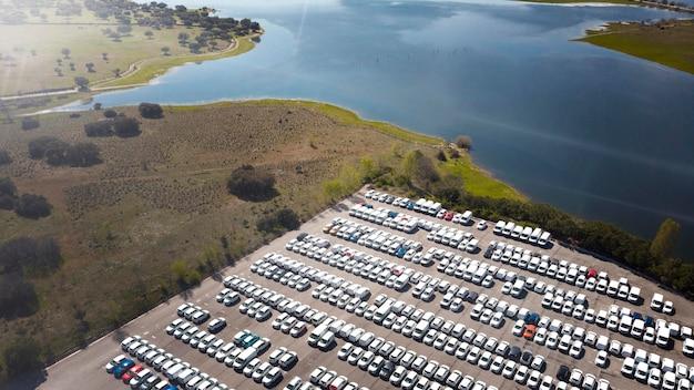 Concepto de transporte de vistas aéreas de coches aparcados