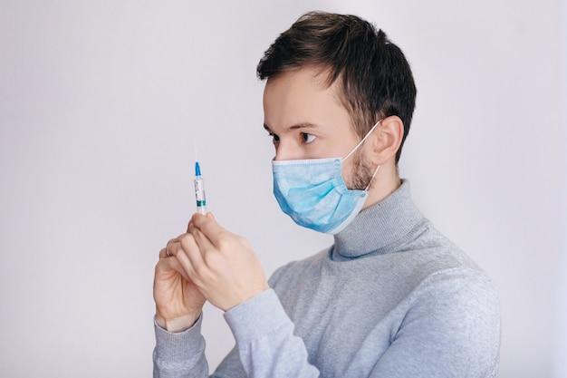 Concepto de tratamiento. hombre curando personas enfermas. mira la jeringa