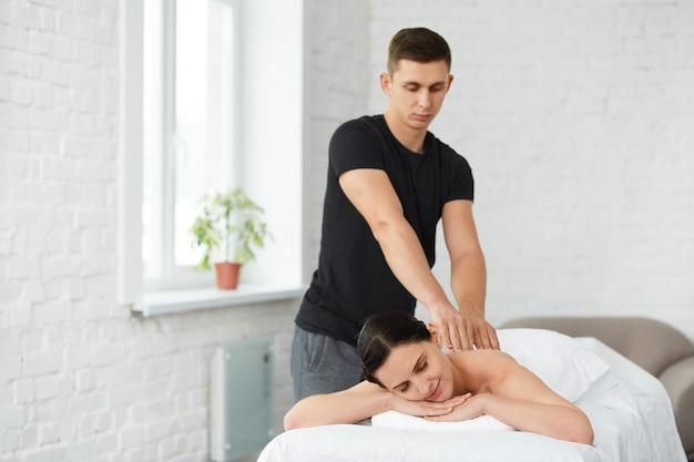 Concepto de tratamiento de relajación, belleza, cuerpo y cara. masaje a domicilio.