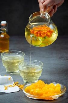 Concepto de tratamiento de té de hierbas de caléndula, limón, miel.