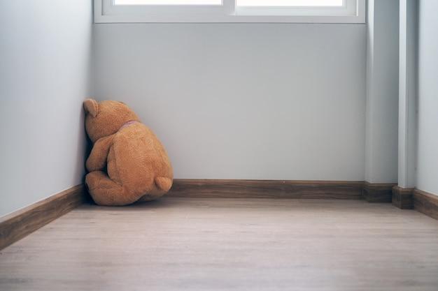El concepto de tristeza, solo, parece triste y decepcionado.