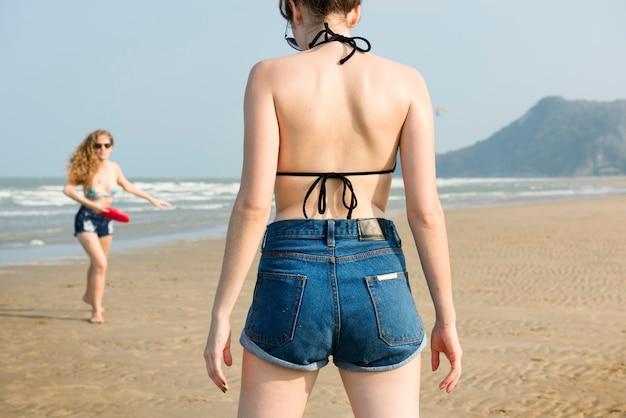 Concepto de unidad de vacaciones de verano de playa de chicas