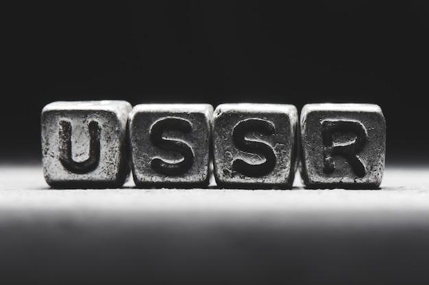 Concepto de la urss. inscripción 3d en cubos de metal sobre un fondo negro gris aislado
