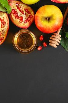 Concepto de vacaciones de año nuevo judío de rosh hashaná. tradicional. manzanas, miel, granada